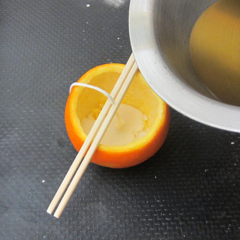 Gyertyakészítés házilag - Narancsahéj felöntése viasszal