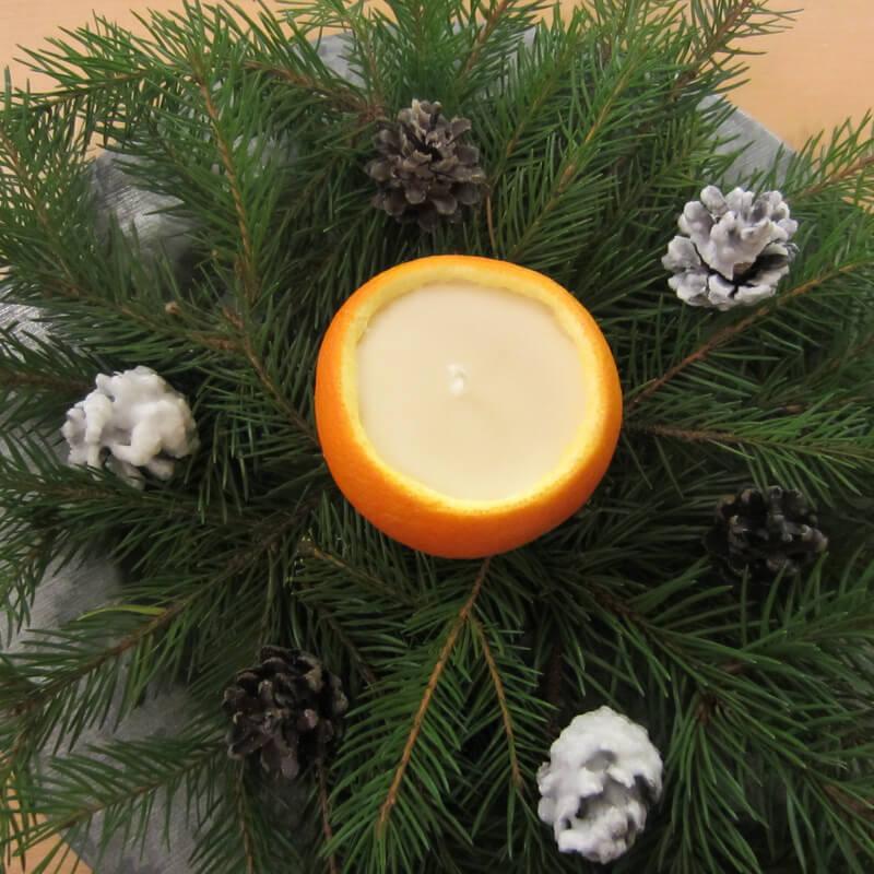 Narancsgyertya fenyőágakon