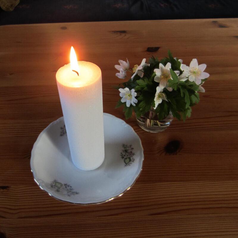 Gyertyadiszites - szalveta rogzitese a gyertyara