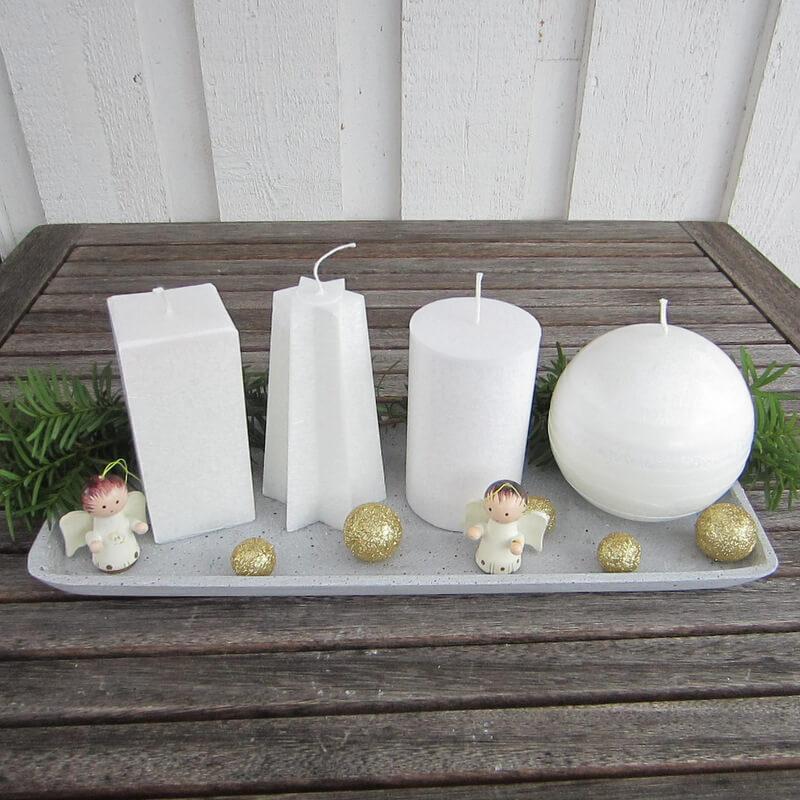 Különböző formájú fehér adventi gyertyák