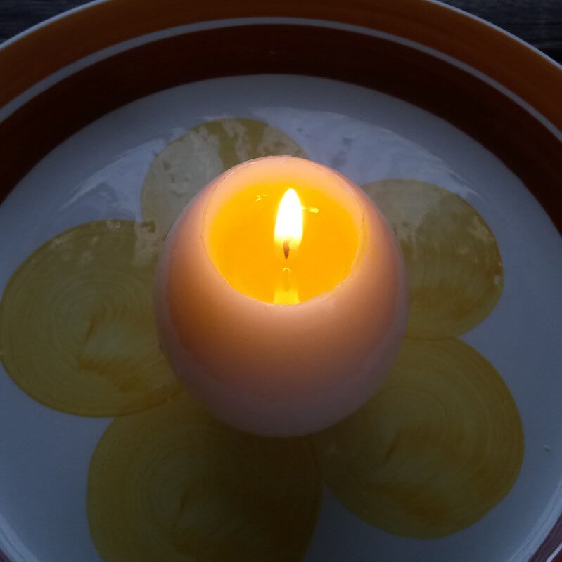Ég a húsvéti főtt tojás gyertya